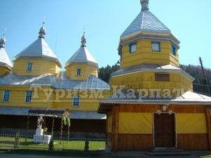 Церкви в Чернівецькій області: дерев'яна церква Успіння у селі Розтоки. Фото